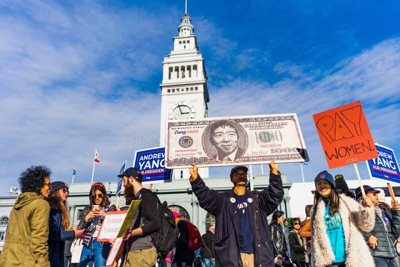 18.01.2020 San Francisco / CA / USA - Schilder von Andrew Yang Anhängern, die am Frauenmarsch in der Innenstadt teilnehmen stockfotos
