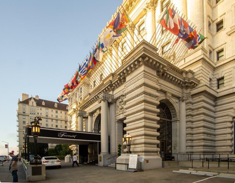 San Francisco, CA / Vereinigte Staaten - Aug. 25.2019: ein 3-viertel-Blick auf das berühmte Fairmont San Francisco Hotel in Nob H lizenzfreie stockfotos