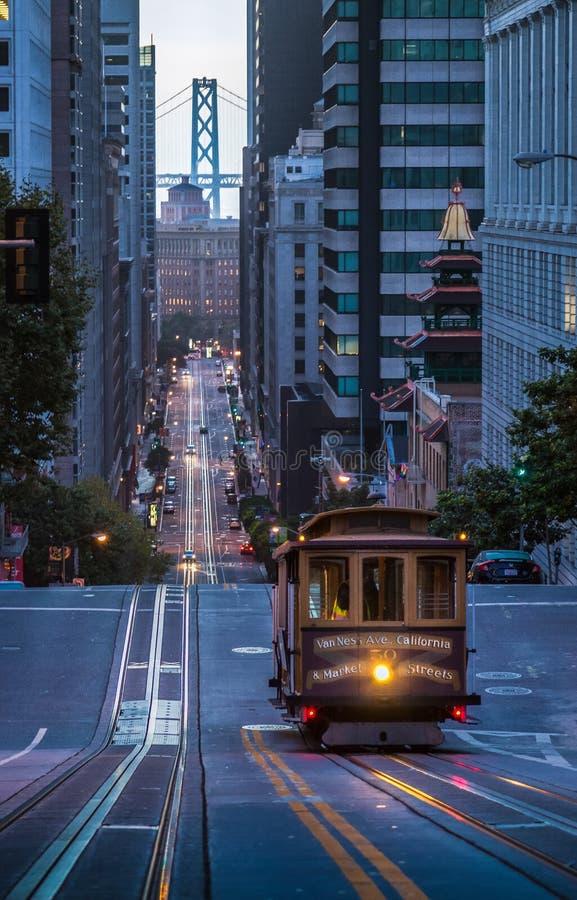 San Francisco Cable Car na rua de Califórnia no crepúsculo, Califo imagens de stock