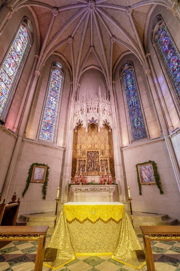 San Francisco, Califórnia - 26 de dezembro de 2018: O altar da capela de Grace em Grace Cathedral foto de stock royalty free