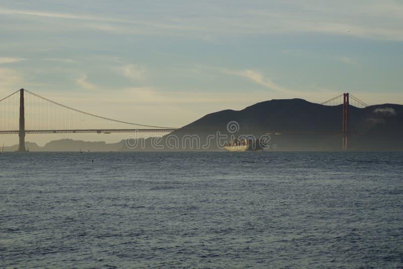 SAN FRANCISCO, CALIFÓRNIA, ESTADOS UNIDOS - 25 de novembro de 2018: Navio de carga SILVIA do CAM que inscreve o San Francisco Bay foto de stock royalty free