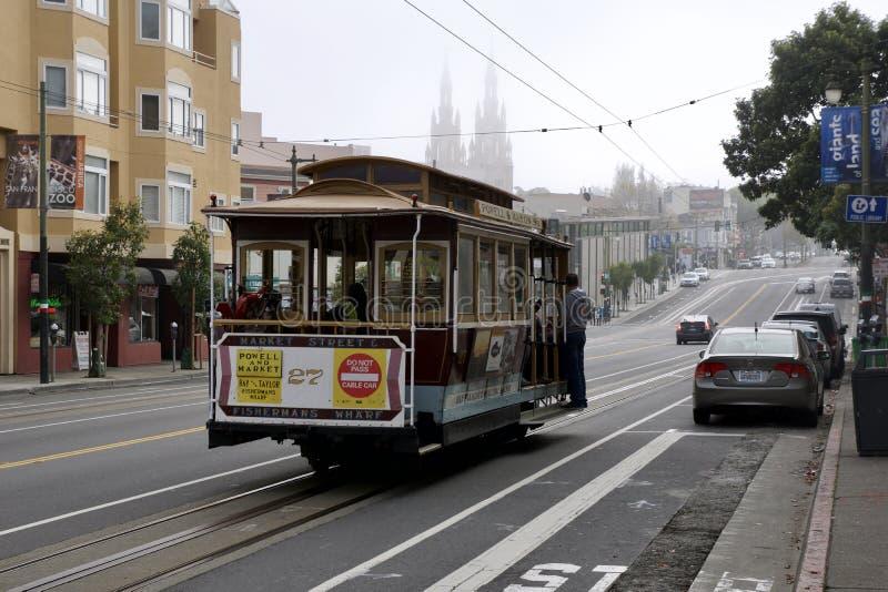 SAN FRANCISCO, CALIFÓRNIA, ESTADOS UNIDOS - 25 de novembro de 2018: Vista da rua da castanha com os turistas que montam um telefé imagens de stock royalty free