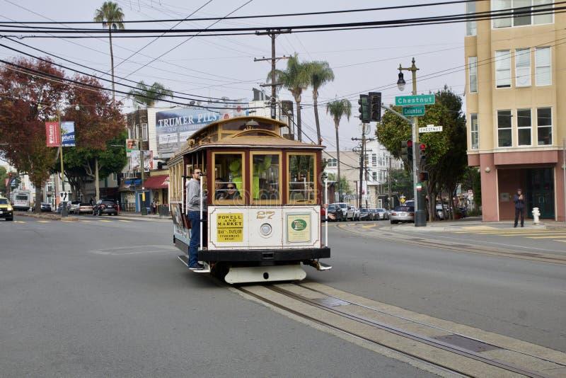 SAN FRANCISCO, CALIFÓRNIA, ESTADOS UNIDOS - 25 de novembro de 2018: Vista da rua da castanha com os turistas que montam um telefé fotografia de stock