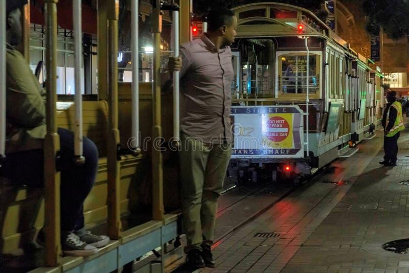 San Francisco, Califórnia/EUA - 11 de novembro de 2017; Teleférico de San Francisco na noite com condutor imagens de stock royalty free