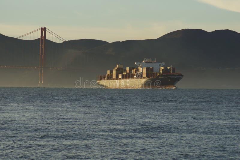 SAN FRANCISCO, CALIF?RNIA, ESTADOS UNIDOS - 25 de novembro de 2018: Navio de carga SILVIA do CAM que inscreve o San Francisco Bay fotografia de stock royalty free