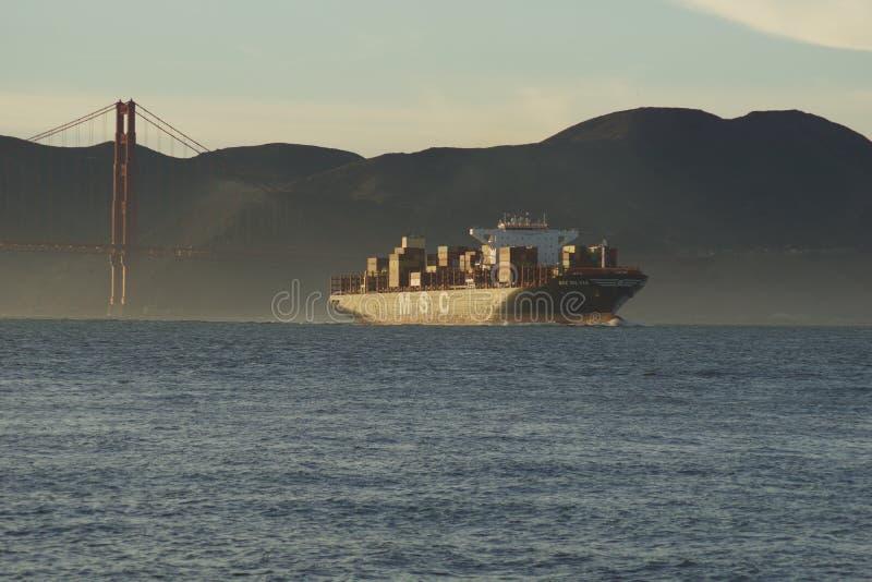 SAN FRANCISCO, CALIF?RNIA, ESTADOS UNIDOS - 25 de novembro de 2018: Navio de carga SILVIA do CAM que inscreve o San Francisco Bay imagem de stock