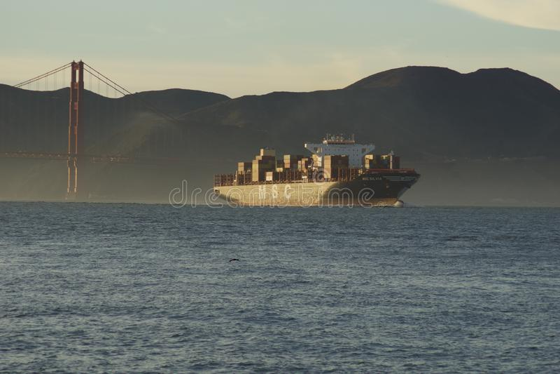 SAN FRANCISCO, CALIF?RNIA, ESTADOS UNIDOS - 25 de novembro de 2018: Navio de carga SILVIA do CAM que inscreve o San Francisco Bay imagem de stock royalty free