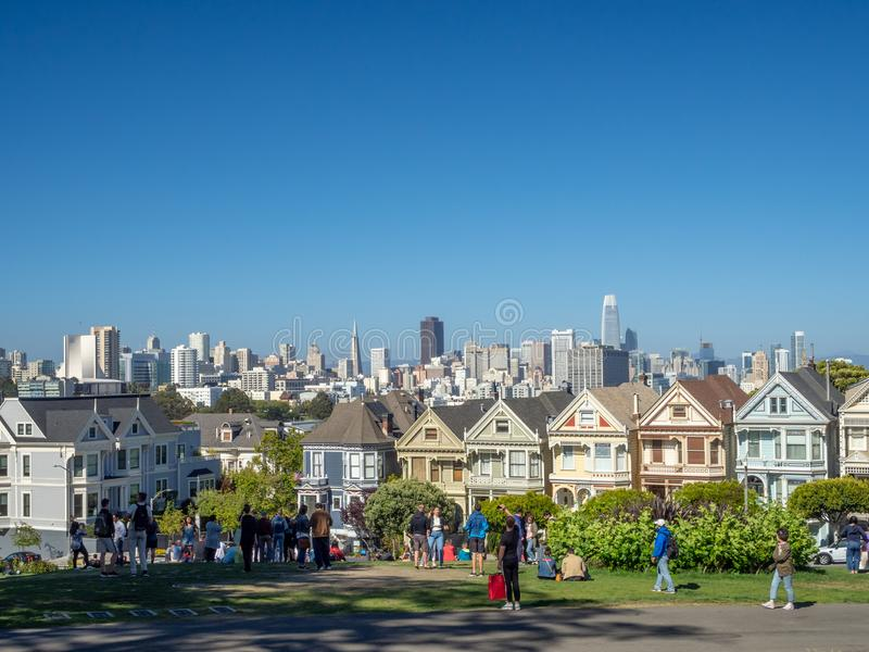 San Francisco, Californië, de V.S.: Geschilderde dames, Victoriaanse en Edwardian-huizen en gebouwen, Alamo Vierkant Park stock afbeelding