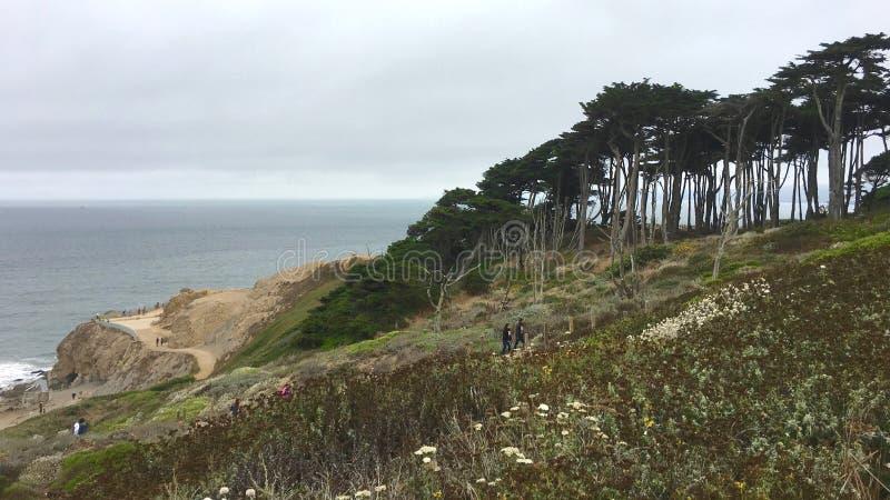 San Francisco, California - agosto de 2017: Caminar el rastro cerca del extremo de los baños y de las tierras de Sutro en San Fra imagen de archivo libre de regalías