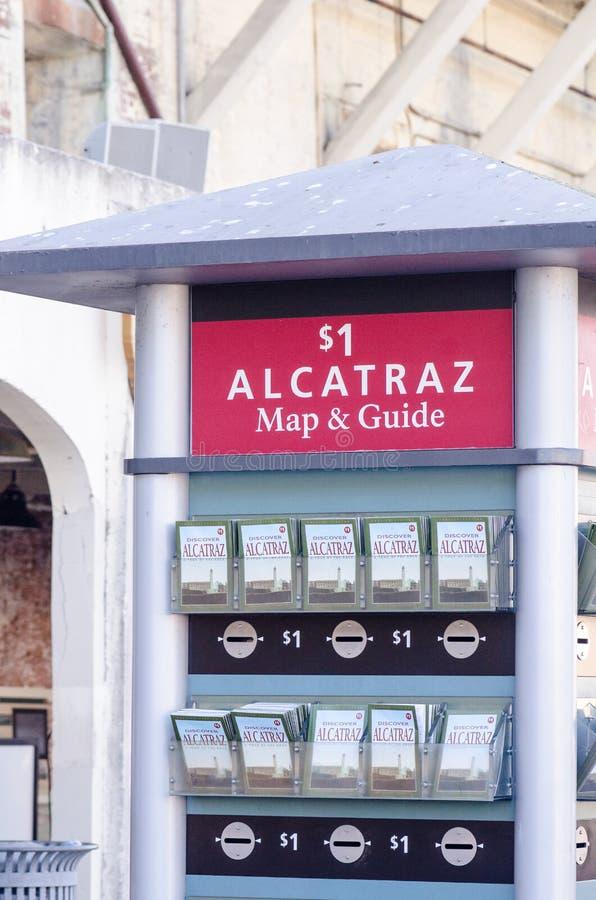 SAN FRANCISCO, CALIFORNIA: Chiosco in pieno delle mappe e delle guide dell'isola di Alcatraz disponibili per l'acquisto dai turis fotografie stock libere da diritti