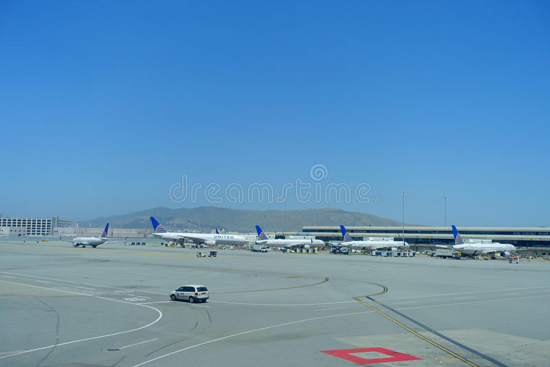 SAN FRANCISCO, CALIFORNIA - 11 DE MAYO DE 2017: United Airlines acepilla en el terminal en San Francisco International Airport imágenes de archivo libres de regalías