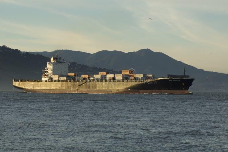 SAN FRANCISCO, CALIFORNIA, ESTADOS UNIDOS - 25 de noviembre de 2018: Buque de carga NYK ROMULUS que inscribe al San Francisco Bay fotografía de archivo libre de regalías