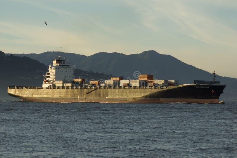 SAN FRANCISCO, CALIFORNIA, ESTADOS UNIDOS - 25 de noviembre de 2018: Buque de carga NYK ROMULUS que inscribe al San Francisco Bay fotografía de archivo
