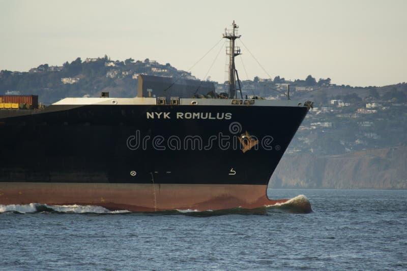 SAN FRANCISCO, CALIFORNIA, ESTADOS UNIDOS - 25 de noviembre de 2018: Buque de carga NYK ROMULUS que inscribe al San Francisco Bay foto de archivo libre de regalías