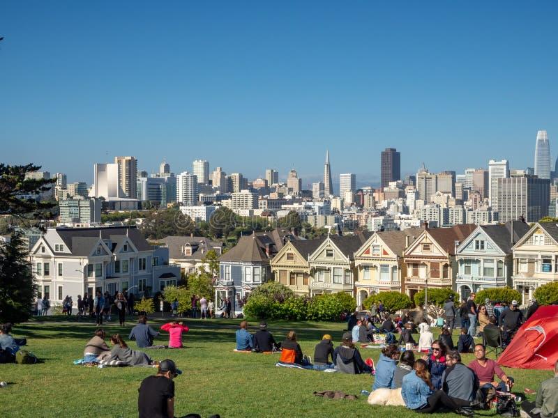 San Francisco, California, los E.E.U.U.: Señoras pintadas, casas victorianas y de Edwardian y edificios, parque cuadrado de Álamo imagen de archivo libre de regalías