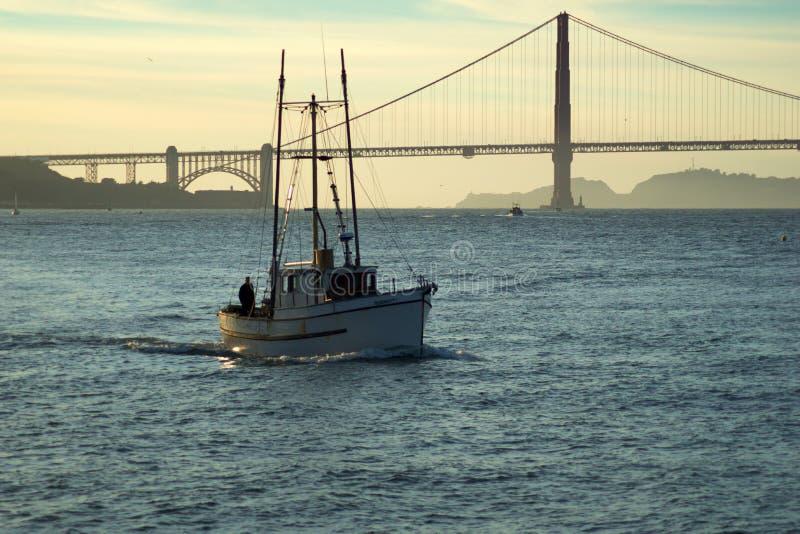 SAN FRANCISCO, CALIFORNIA, STATI UNITI - 25 novembre 2018: Barca in San Francisco Bay con golden gate bridge in fotografia stock