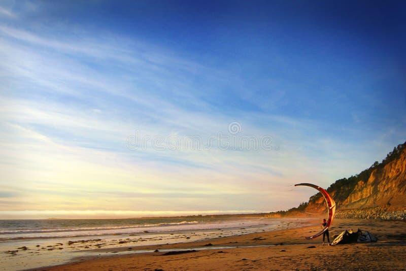 San Francisco california U.S.A. Ottobre 2012 Aquilone-praticando il surfing contro un bello tramonto siluetta degli aquiloni nel  immagine stock