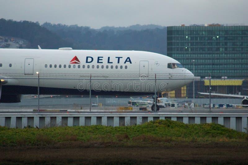 SAN FRANCISCO, CALIFORNIE, ÉTATS-UNIS - 27 NOV, 2018: Un Delta Boeing 767 circulant le long de la voie de circulation avant le dé photographie stock libre de droits