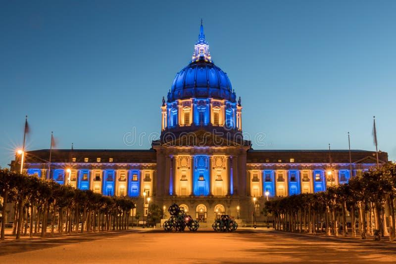 San Francisco City Hall dans des couleurs de guerriers de Golden State photographie stock libre de droits