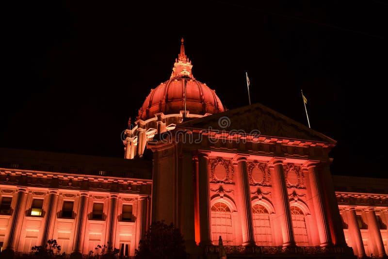 San Francisco City Hall Illuminated i rött på natten royaltyfri foto