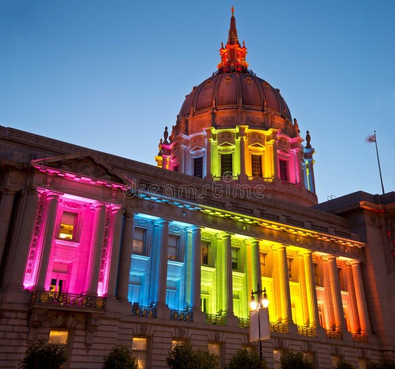 San Francisco City Hall in Regenbooglichten die Vrolijke en Lesbische Rechten eren royalty-vrije stock foto's