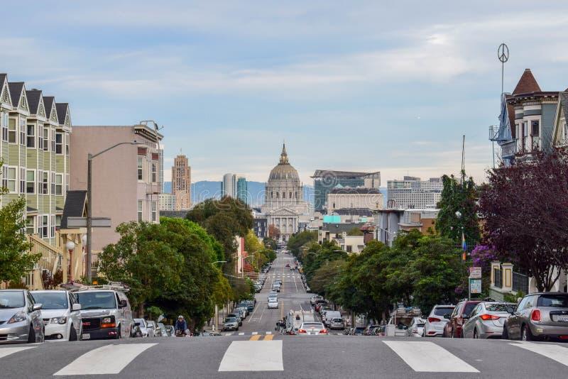 San Francisco Cityscape con ayuntamiento y las casas victorianas foto de archivo libre de regalías