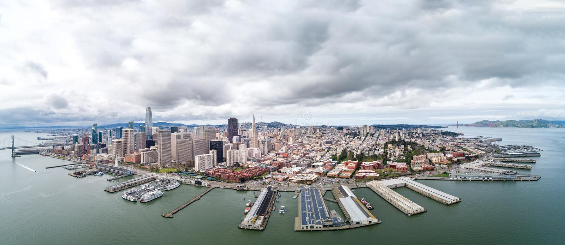 San Francisco Cityscape met Embarcadero en Bedrijfsdistrict op Achtergrond stock fotografie