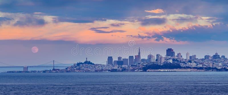 San Francisco Cityscape på solnedgången med fullmånen arkivfoto