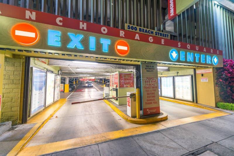SAN FRANCISCO - 7 DE AGOSTO DE 2017: Entrada del estacionamiento del coche en la noche T fotos de archivo