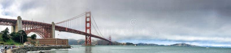 SAN FRANCISCO - 5 DE AGOSTO DE 2017: Los turistas gozan del Golden Gate Bridg foto de archivo libre de regalías