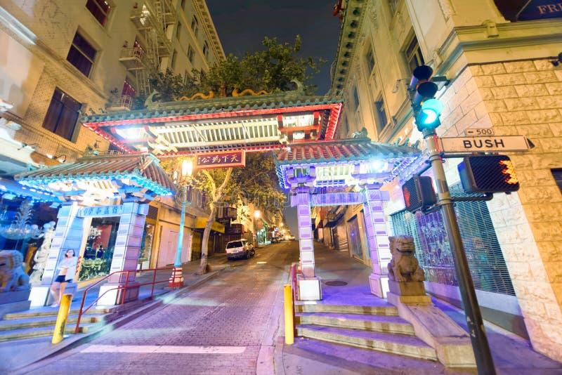 SAN FRANCISCO - 7 DE AGOSTO DE 2017: Puerta famosa a de la entrada de Chinatown fotografía de archivo