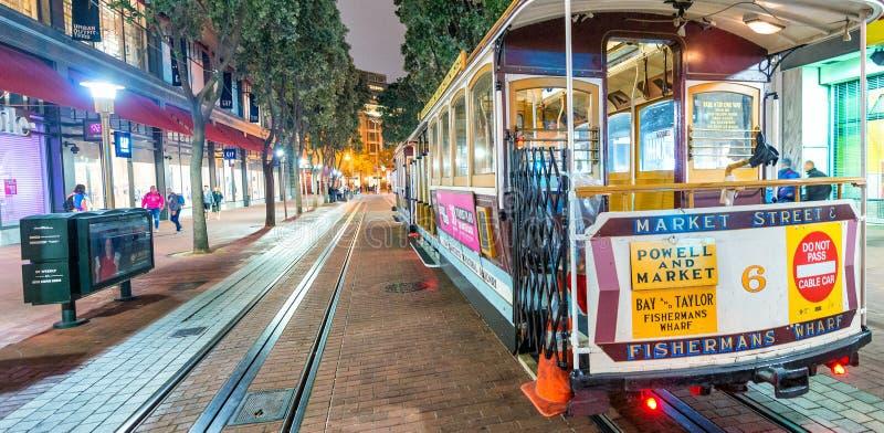 SAN FRANCISCO - 7 DE AGOSTO DE 2017: Teleférico en la noche La ciudad att foto de archivo