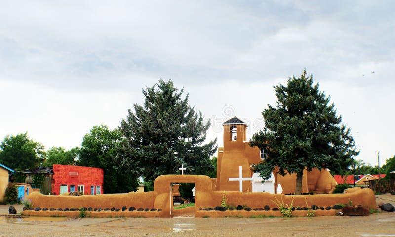 San Francisco de Asis Mission Church in Taos-New Mexiko an einem regnerischen Tag lizenzfreie stockfotografie