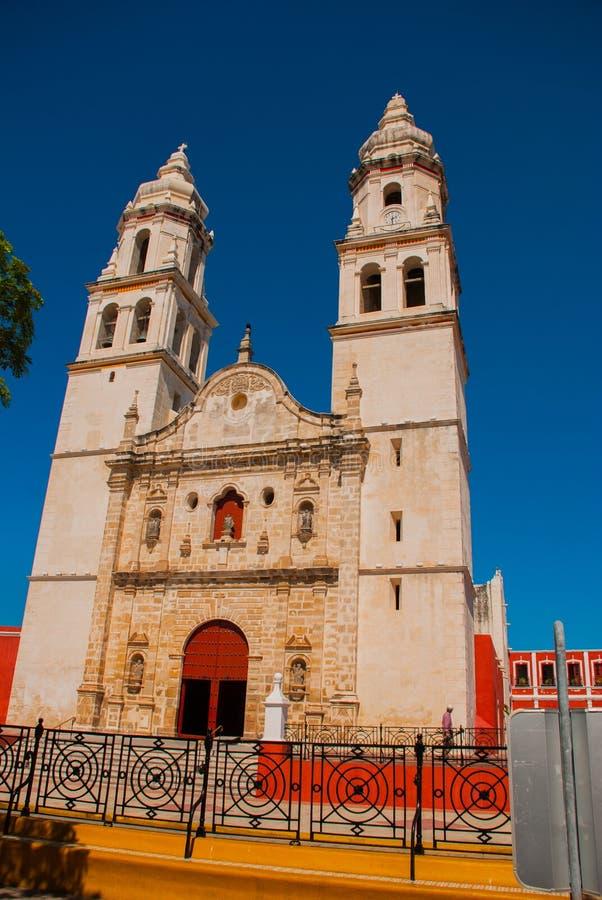 San Francisco de Campeche, México Catedral em Campeche em um fundo do céu azul imagem de stock royalty free