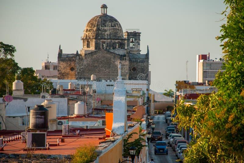 San Francisco de Campeche, México: Opinião o San anterior Jose Cathedral Era o templo principal do monastério do jesuíta, agora u fotos de stock royalty free