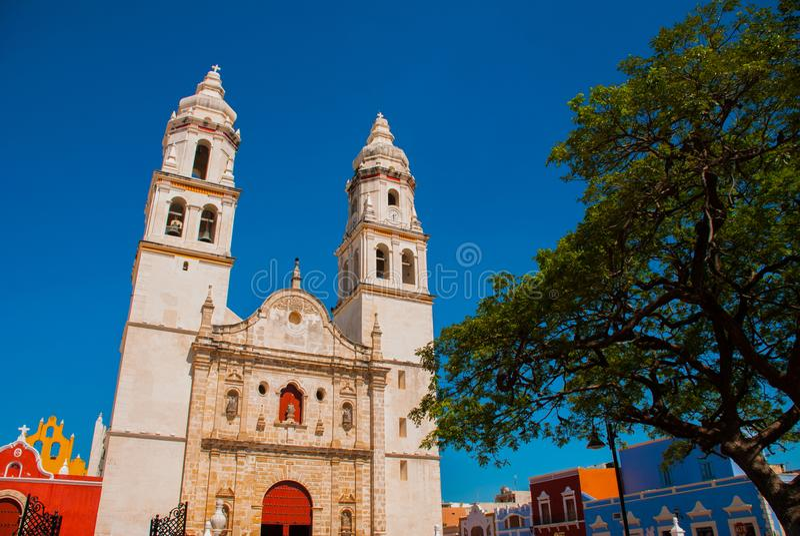 San Francisco de Campeche, Mexico Domkyrka i Campeche på en bakgrund för blå himmel arkivfoto