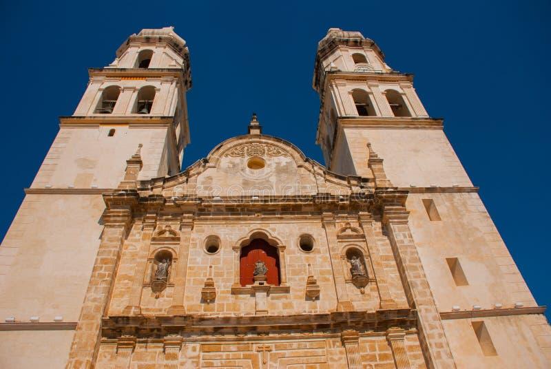 San Francisco de Campeche, Mexico Domkyrka i Campeche på en bakgrund för blå himmel fotografering för bildbyråer
