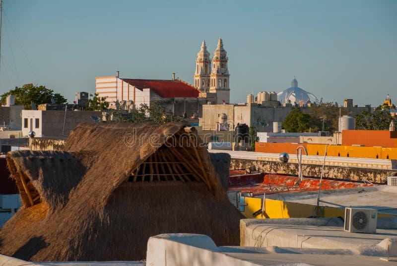 San Francisco de Campeche, Mexico: Hoogste mening van de huizen en de Kathedraal royalty-vrije stock afbeelding
