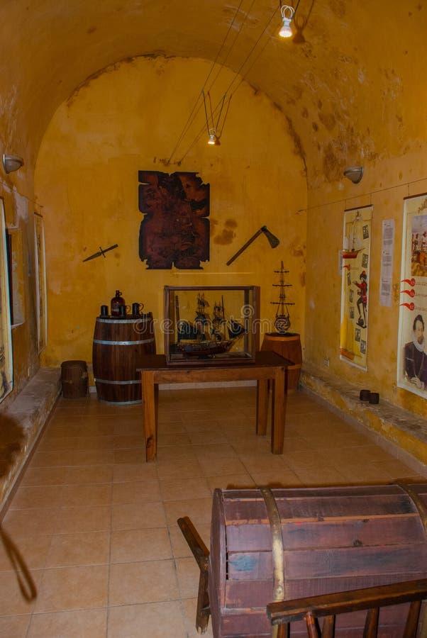 San Francisco de Campeche, Mexico Museuminre: piratkopiera skeppet, barrel, buteljera, yxan, bladet, översikt royaltyfri fotografi