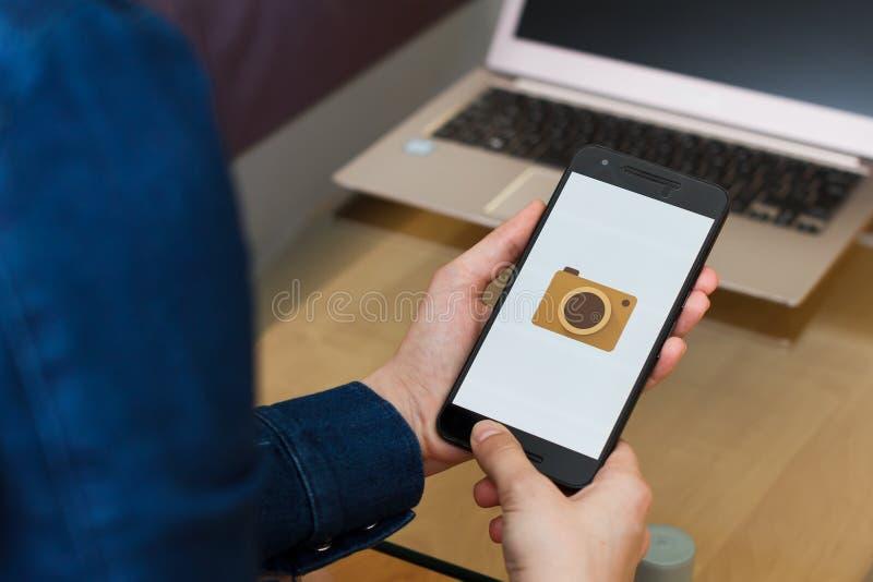 SAN FRANCISCO, de V.S. - 22 April 2019: Sluit tot vrouwelijke handen houdend smartphone gebruikend Google-de toepassing van de Ka stock fotografie