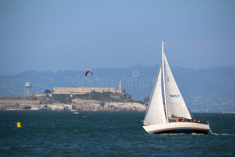 SAN FRANCISCO, DE V.S. - MAI 23, 2015: jachtzeil voor Alcatraz-gevangeniseiland royalty-vrije stock foto