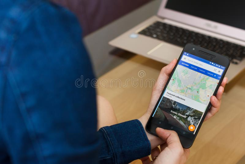 SAN FRANCISCO, degli Stati Uniti 22 aprile 2019: Fine fino alle mani femminili che tengono smartphone facendo uso dell'applicazio immagini stock