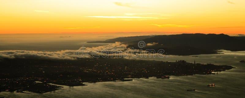 Golden Gate y San Francisco en la puesta del sol foto de archivo