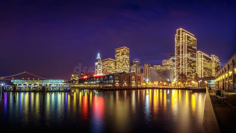 San Francisco Embarcadero bij Nacht royalty-vrije stock foto's