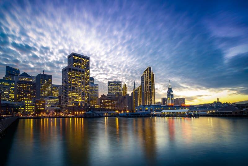 San Francisco Embarcadero en la noche fotos de archivo