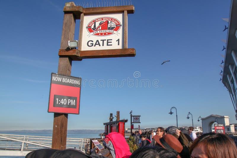 San Francisco, EUA-junho 26,2018, a porta 1 do calendário aberta vai à balsa vermelha e branca do barco da frota para o curso em  imagem de stock