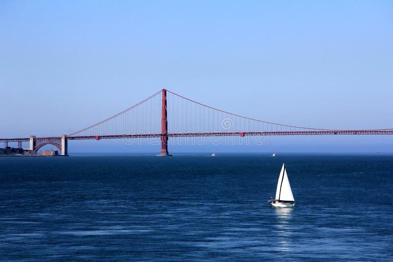 San Francisco, EUA, ponte de porta dourada com barcos de navigação imagens de stock royalty free