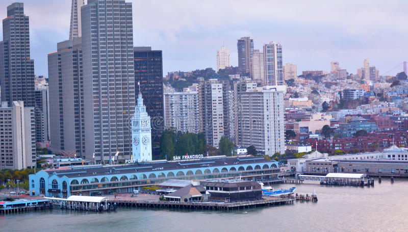 San Francisco Ferry Building con el centro financiero de SF céntrico fotos de archivo