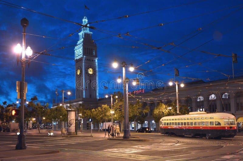 San Francisco Ferry Building med PCC-spårvagnen arkivbilder