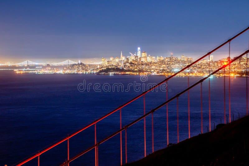San Francisco Golden Gate Bridge e orizzonte della città sopra la baia all'ora blu fotografie stock libere da diritti
